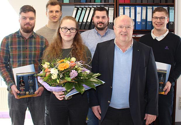 Siegbert Wortmann beglückwünscht fünf die Auszubildende der WORTMANN AG zu ihrem Abschluss.