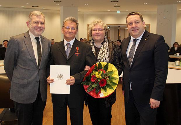 Ismail Aytekin (2. von links) nahm in Begleitung seiner Frau Christel das Verdienstkreuz von Landrat Dr. Axel Lehmann (rechts) entgegen. Lemgos Bürgermeister Dr. Reiner Austermann (links) schlug ihn für die Auszeichnung vor. (Foto: Kreis Lippe)