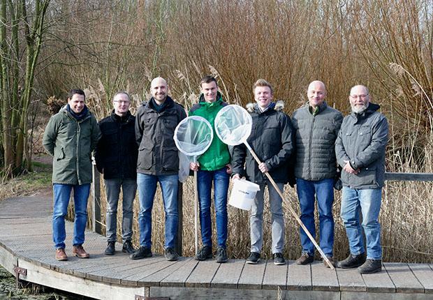 """Ausgerüstet mit einem Planktonnetz und Probenahmegefäßen haben sich Christoph Dumstorf und Lars Zeggelaar auf den Weg in die Rieselfelder gemacht, um dort für """"Jugend forscht"""" Mikroplastik nachzuweisen. (Foto: WESSLING)"""