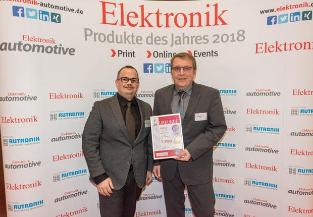 Matthias Domberg (links) und Dirk-Peter Post von der Tochtergesellschaft HARTING Electronics nahmen die Auszeichnung für M12 Magnetics in München entgegen. (Foto: HARTING)