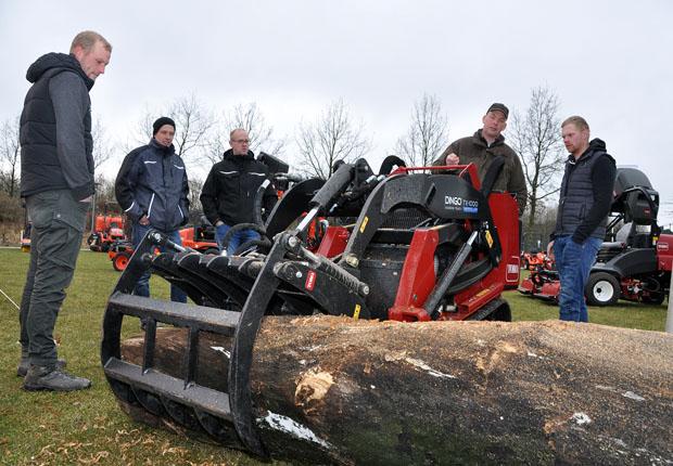 Die Besucher des Demotages der TecVis GmbH nahmen die ausgestellten Maschinen genau unter die Lupe. (Foto: AGRAVIS Raiffeisen AG)