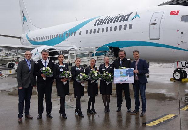 Mit Blumensträußen wurde die Crew des Erstfluges mit Kapitän Mehmet Nuri Gankaya (2.vr) von FMO-Marketingleiter Andrés Heinemann (r) und Mathias Richter, FMO-Marketing (l), auf dem Vorfeld des FMO begrüßt. (Foto: FMO)