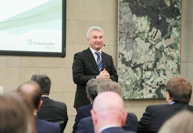 NRW-Wirtschaftsminister Professor Andreas Pinkwart eröffnete gemeinsam mit Fraunhofer Lemgo und weiteren Partnern aus Unternehmen und Kommunen das IoT-Realabor LEMGO DIGITAL. (Foto: Fraunhofer IOSB-INA)