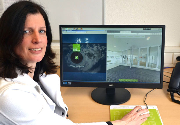 Sabine Schoner, Marketing und Vertrieb präsentiert den neuen virtuellen Rundgang durch die Kultur Räume Gütersloh. (Foto: Kultur Räume Gütersloh)