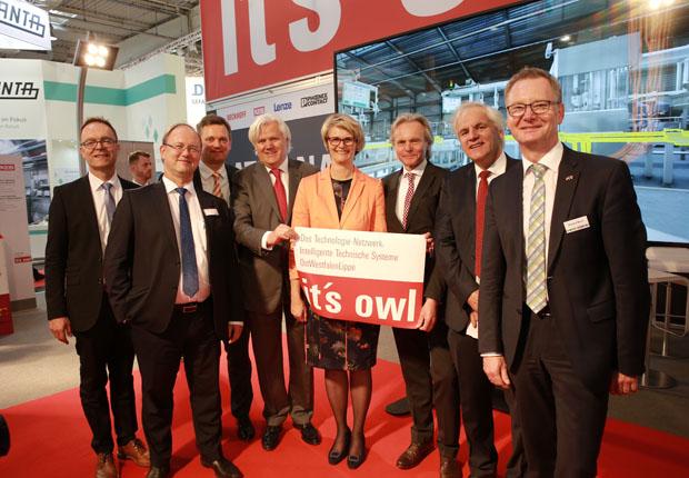Bundesministerin Anja Karliczek besuchte den OWL-Gemeinschaftsstand auf der Hannover Messe Industrie. (Foto OstWestfalenLippe GmbH)