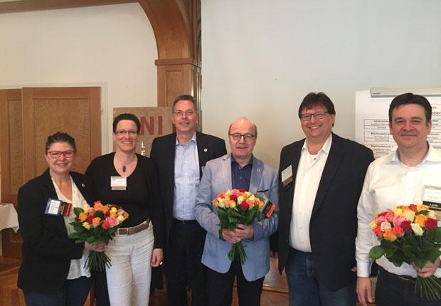 Blumen für das bisherige Führungsteam überreichte der Chapterdirektor des BNI Leineweber in Bielefeld Architekt Karl-Josef Klasen (3. v. l.). Zum neuen Team gehören auch: Möbeldesignerin Marion Körkemeier als Mitgliederkoordinatorin (2. v. l.), EDV- Experte Andreas Fißenebert als Schatzmeister (5. v. l.) (Foto: Holger Schmidt)