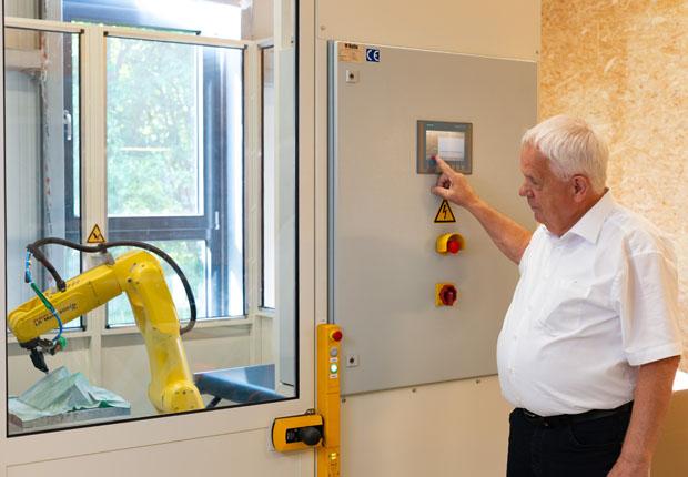 Unternehmensgründer und Geschäftsführer Heinfried Watermann beim symbolischen Start des Robotereinsatzes im Oxiegen-Werk Bad Lippspringe. (Foto: Oxiegen GmbH)