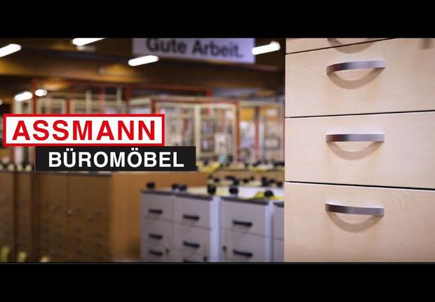 Bei ASSMANN Büromöbel sind sogar die Fertigungsanlagen und Roboter im Fußballfieber. (Foto: ASSMANN Büromöbel)