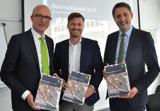 WFM-Geschäftsführer Dr. Thomas Robbers (l.), der WFM-Aufsichtsratsvorsitzende Mathias Kersting (Mitte) und Münsters Stadtbaurat Robin Denstorff (r.) stellen die Zahlen für den Büromarkt vor. (Foto: WFM Münster/Martin Rühle)
