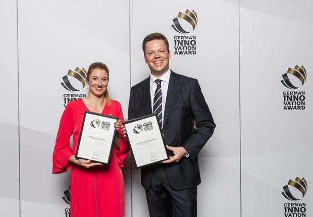 Freuten sich über die Ehrungen mit dem German Innovation Award 2018: Tosha Hübert, Marketing Managerin bei Weidmüller (li.) und Benjamin Hollmann, Leiter Marketing Management bei Weidmüller (re.) mit den Auszeichnungen für Klippon Connect und Industrial Analytics. (Foto: Weidmüller)