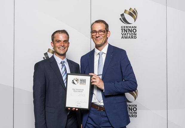 Frank Quast (rechts), Leiter Produktmanagement Installation, und Produktmanager Finn Timmermann freuen sich über den German Innovation Award. (Foto: HARTING)