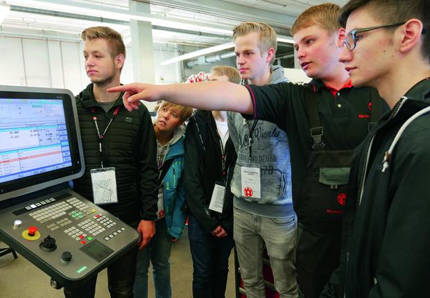 Schülerinnen und Schüler des Berufskollegs Rheine informieren sich bei W&H über das Berufsangebot des Maschinenbauers. (Foto Windmöller & Hölscher)