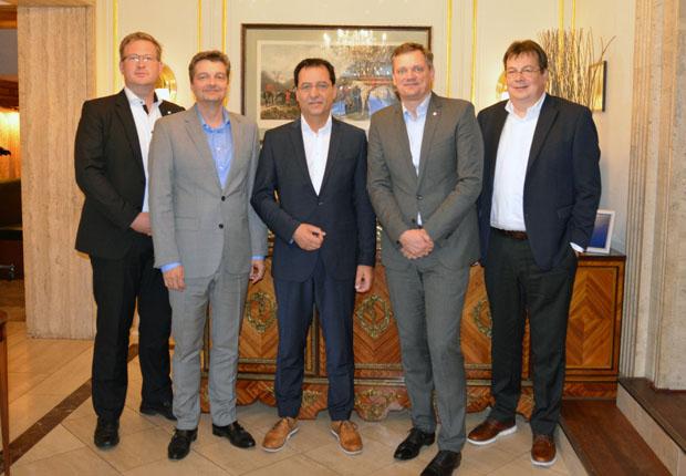 Freuten sich nach der Vertragsunterzeichnung über die zukünftige Zusammenarbeit von Weidmüller und GTI: Fabian Hoppe, Michael Matthesius, Achim Schreck, Jörg Timmermann und Jochen Rafalzik (v.l.) (Foto: Weidmüller)