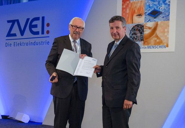 Michael Ziesemer, Präsident des Zentralverband Elektrotechnik- und Elektronikindustrie (li.), überreicht Weidmüller Aufsichtsratsmitglied Dr. Peter Köhler die Auszeichnung. (Foto: ZVEI / Mark-Bollhorst)