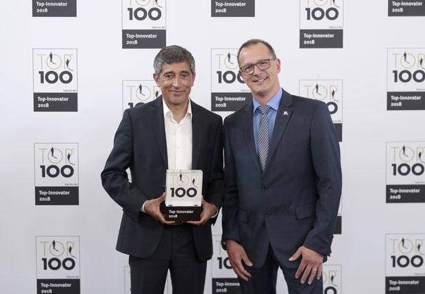 Guido Selhorst (rechts), Leiter Corporate Market Communication bei HARTING, nahm den Preis von TV-Moderator Ranga Yogeshwar entgegen. (Foto: HARTING)