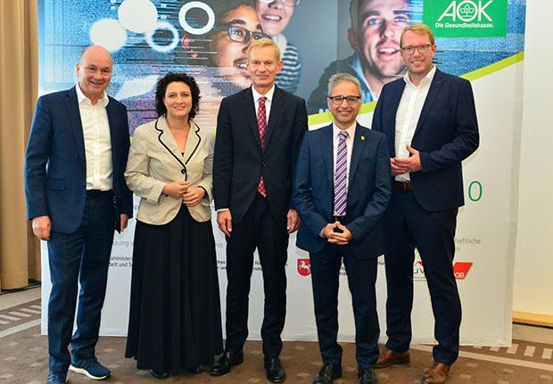 AOK – Gemeinsam für eine gesunde digitale Arbeitswelt: (v.l.) Dr. Volker Müller, Dr. Carola Reimann, Dr. Jürgen Peter, Dr. Mehrdad Payandeh und Stefan Muhle. (Foto: AOK)