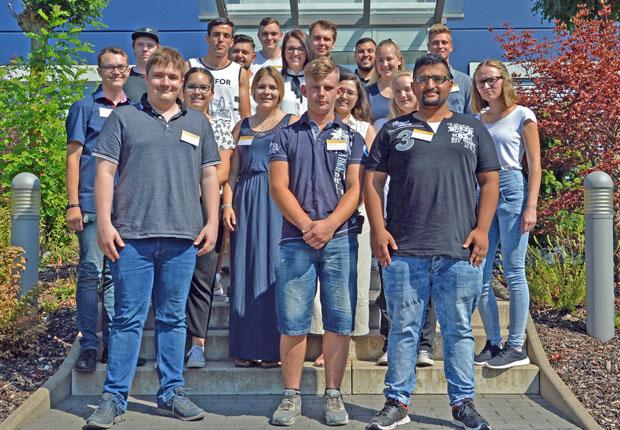 19 Nachwuchslogistiker starten bei Dachser in Bad Salzuflen