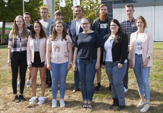 Zwölf junge Menschen starten ihre Karriere bei DENIOS