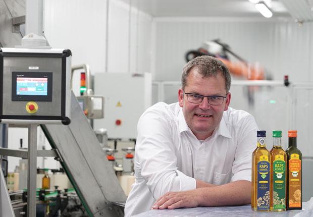 Geschäftsführer Bernd Kleeschulte zeigt das Bürener Rapskernöl 'Moritz' im gerade neu erstellten Design. (Foto: ProjectPartner Dirk Kleeschulte)