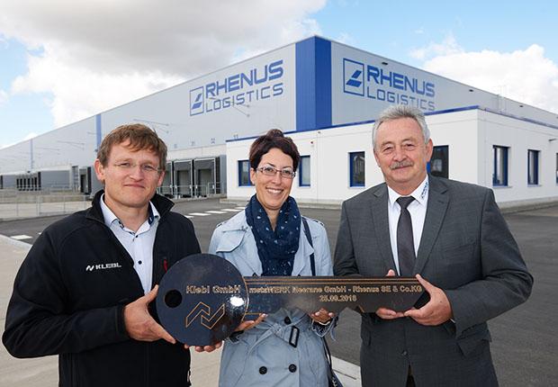 Ralf Vogel, Prokurist der Klebl GmbH; Cathleen Frost, Geschäftsführerin der metaWERK Meerane GmbH; Frank Frenzel, Niederlassungsleiter der Rhenus Warehousing Solutions in Meerane. (Foto: Rhenus SE & Co. KG)