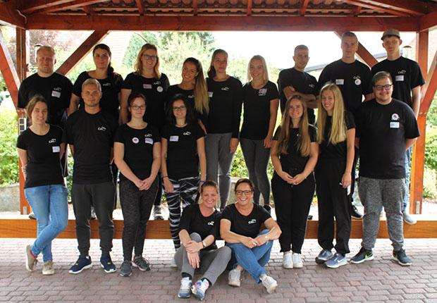 Erfolgreiches Teamtraining. Die Auszubildenden gemeinsam mit den Mitarbeiterinnen des CAL e.V. Eva-Maria Iselin und Dunja Weidmann (v.l.i.V.) im Becker Outdoorcamp am Möhnesee. (Foto: CAL e.V.)