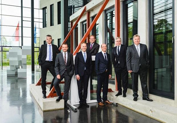 Die Geschäftsführung der Goldbeck GmbH, (v.l.:) Hans-Jörg Frieauff, Oliver Schele, Jörg-Uwe Goldbeck, Jan-Hendrik Goldbeck, Lars Luderer, Uwe Brackmann und Uwe Kamann. (Foto: Goldbeck)