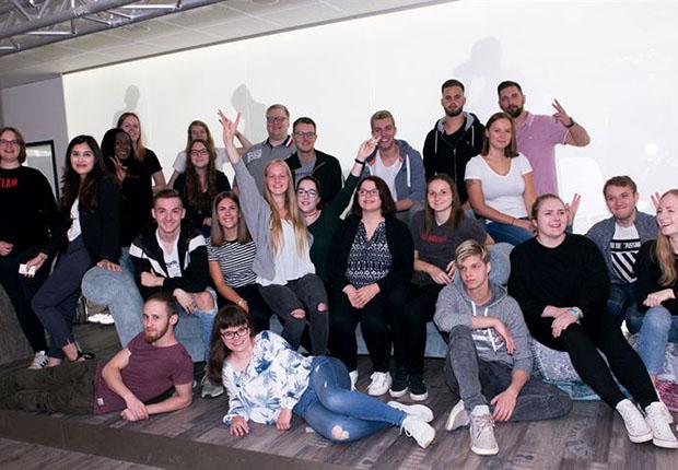 Start für die Ausbildung in drei spannenden Berufen: Mit den neuen Azubinen und Azubis beginnt im September der 100ste junge Mensch seine Ausbildung in der KOMM.AKADEMIE in Osnabrück. (Foto: Markus Dömer)