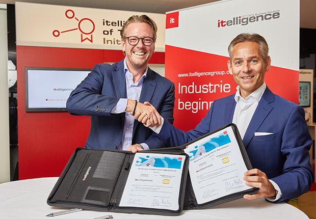 Unterzeichnung der neuen Partnerschaft auf der itelligence World durch Philip Harting, Vorstandsvorsitzender der HARTING Technologiegruppe, und Norbert Rotter (rechts), Vorstandsvorsitzender der itelligence AG. (Foto: HARTING)