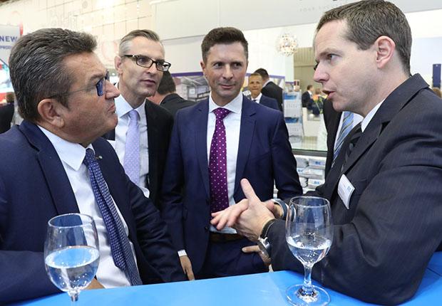 Franz Josef Pschierer, bayerischer Staatsminister für Wirtschaft, Energie und Technologie (links), im Gespräch mit Dr. Tobias Lührig, Vorstandsvorsitzender von Bischof + Klein (rechts). (Foto: NuernbergMesse)