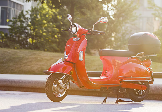 Die Mobilitätswende kommt im cyclos-Stil mit einem Elektroroller von emco. (Foto: cyclos)