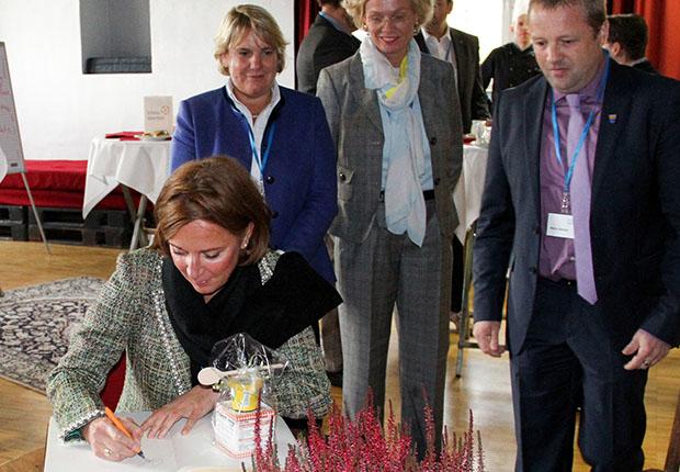 Bildungsministerin Gebauer  in Sekundarschule Schloss Varenholz