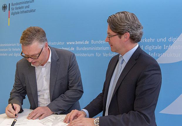 Heinrich Koch, Geschäftsführender Gesellschafter, unterzeichnet die Sicherheitspartnerschaft. (Foto: BMVI)