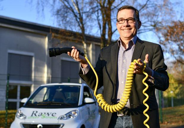 Michael Rawe, Haustechnik-Unternehmer in Recklinghausen, fährt am liebsten mit seinem Elektroauto und wünscht sich mehr elektrisch angetriebene Fahrzeuge auf dem Markt mit höheren Reichweiten, insbesondere Nutzfahrzeuge (Foto: HWK/Andreas Buck)