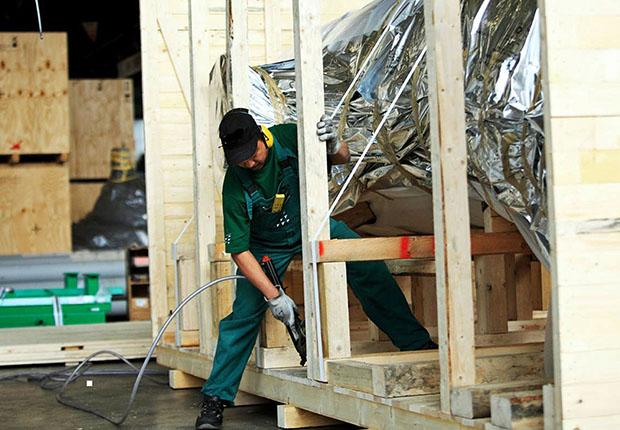Moderne Transportkisten: Fertigung von Maßanzügen aus Holz