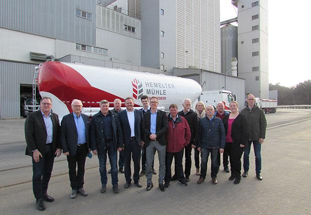 Über die geplanten Investitionen des Unternehmens Hemelter Mühle am Standort in Spelle unterrichteten Dr. Franz Cordesmeyer (2. von links) und Jan Cordesmeyer (5. von links) die Mitglieder des Aufsichtsrates der Hafen Spelle-Venhaus GmbH. (Foto: Spelle)