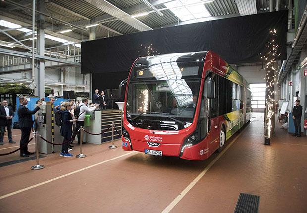 Vorhang auf für den ersten neuen E-BUS. (Foto: Stadtwerke Osnabrück AG)