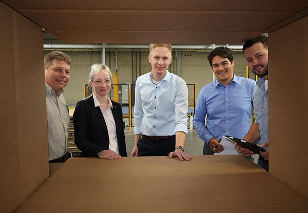 Mittelstand und Forschung arbeiten in Transferprojekten zusammen, so wie hier Helmut Heithecker (Josef Schulte GmbH), Melina Massmann (Fraunhofer IEM), Pascal Pöhler (Schulte), Sebastian von Enzberg (Fraunhofer IEM), Tobias Krauß (Schulte). (Foto: Digital in NRW)