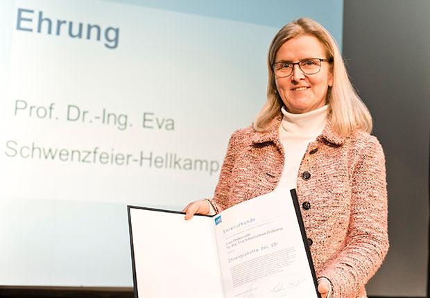 Prof. Dr.-Ing. Eva Schwenzfeier-Hellkamp, langjähriges Vereinsmitglied und von 2014 bis 2017 Vorsitzende, ist für ihre Verdienste um den VDI OWL geehrt worden. (Foto: Katrin Biller / VDI OWL)