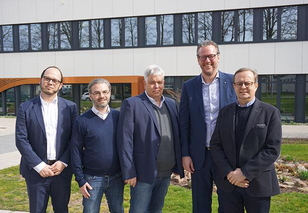 Vorstandsvorsitzender Philip Harting (Zweiter von rechts) begrüßte auf dem HARTING Firmengelände die Vertreter der IGEU-Neumitglieder. (Foto: HARTING)