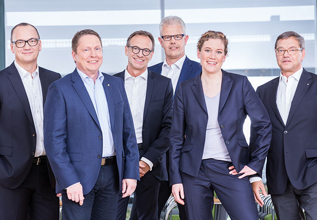 Die WAGO-Geschäftsführung (von links): Christian Sallach (Chief Marketing Officer & Chief Digital Officer), Sven Hohorst (Chief Executive Officer), Jürgen Schäfer (Chief Sales Officer), Ulrich Bohling (Chief Operating Officer), Kathrin Pogrzeba (Chief Human Resources Officer) und Axel Börner (Chief Financial Officer). (Foto: WAGO)