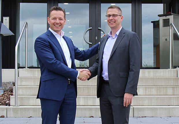 Oliver Wehking (links) begrüßt Martin Maas als neuen Geschäftsführer bei der Buschjost GmbH. (Foto: Buschjost GmbH)