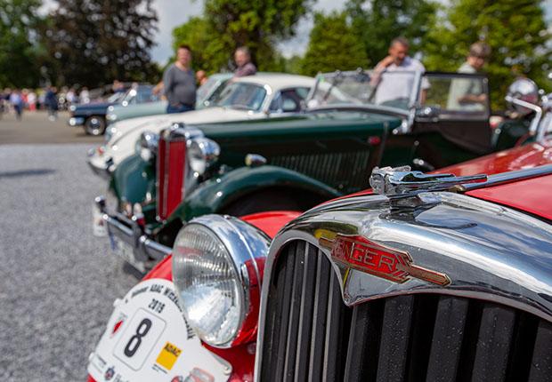 Reihten sich nach Ankunft auf: die Old- und Youngtimer auf dem Firmenparkplatz von Febrü in Herford. (Foto: Febrü)