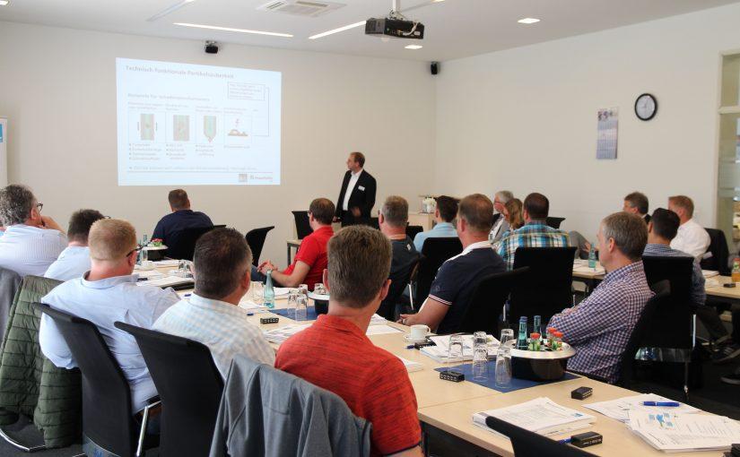 Während des BvL-Praxisseminares erörtert Dr.-Ing. Markus Rochowicz vom Fraunhofer-Institut die Notwendigkeit der sorgfältigen Planung des Reinigungsprozesses. (Foto: BvL Oberflächentechnik)