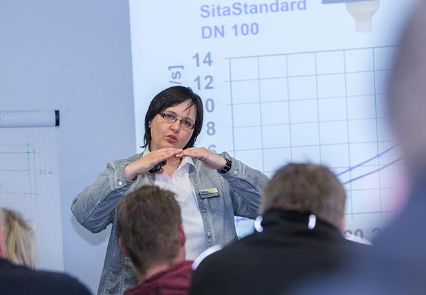 Experten führen durch die SitaCampus Fachseminare, hier Dipl.-Ing. Ute Weiß, Projektleiterin Flachdachentwässerung. (Foto: Sita Bauelemente GmbH)