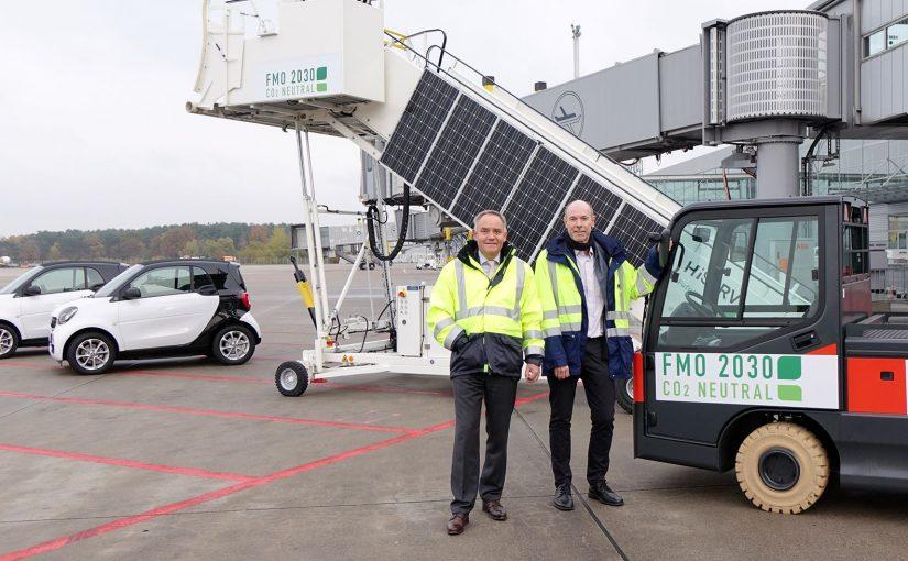 FMO-Geschäftsführer Prof. Dr. Rainer Schwarz (l.) und der Technische Leiter des FMO Eckart Frank (r.) bei der Vorstellung der neuen elektrobetriebenen Vorfeldfahrzeuge. - Foto: FMO