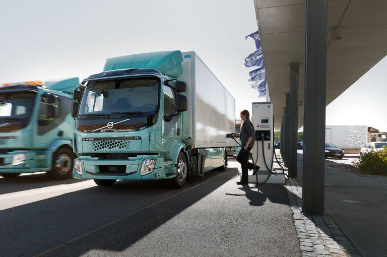 Volvo Trucks startet Vertrieb von Elektro-Lkw für den Stadtverkehr
