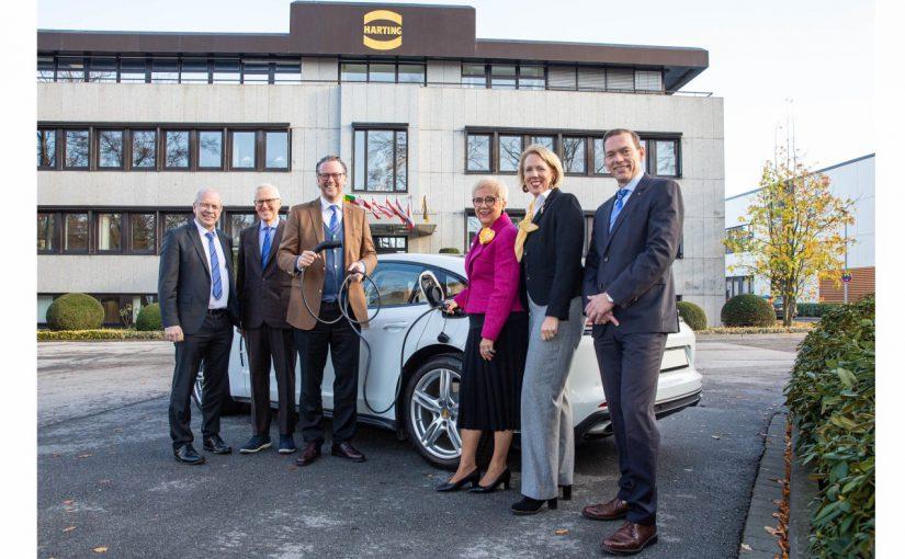 Der HARTING Vorstand freut sich über den kräftigen Zuwachs im Bereich Lade-Infrastruktur für Elektromobilität: Dr. Michael Pütz, Dietmar Harting, Philip Harting, Margrit Harting, Maresa Harting-Hertz und Andreas Conrad (von links nach rechts) - Foto: Harting