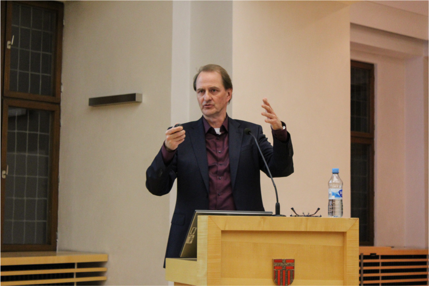 Rief dem Publikum die Kernaussage der Anthropozän-Diskussion in Erinnerung: Prof. Dr. Messner. - Foto: Lea-Melissa Vehling