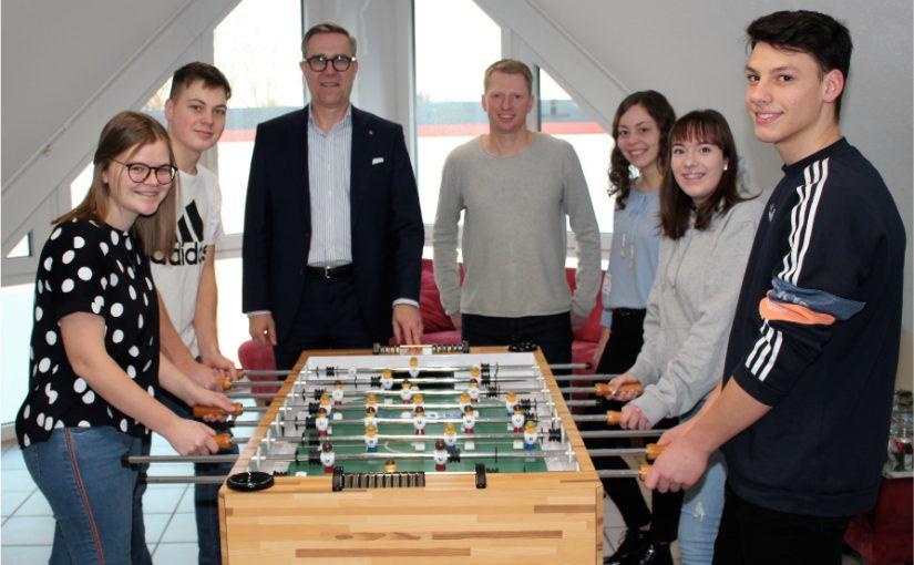 Paul & Karin Gauselmann Stiftung spendet Tischkicker für Jungendarbeit