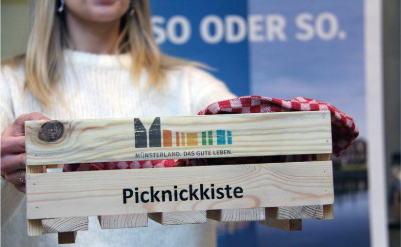 Die perfekte Ausstattung für ein Picknick: eine Kiste voller regionaler Produkte und Leckereien. Picknickkiste © Münsterland e.V.